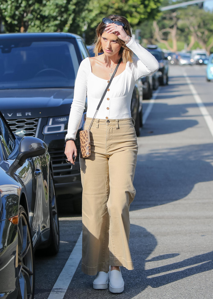 what to wear with khakis, khaki pants outfit idea, khaki pants and a white top
