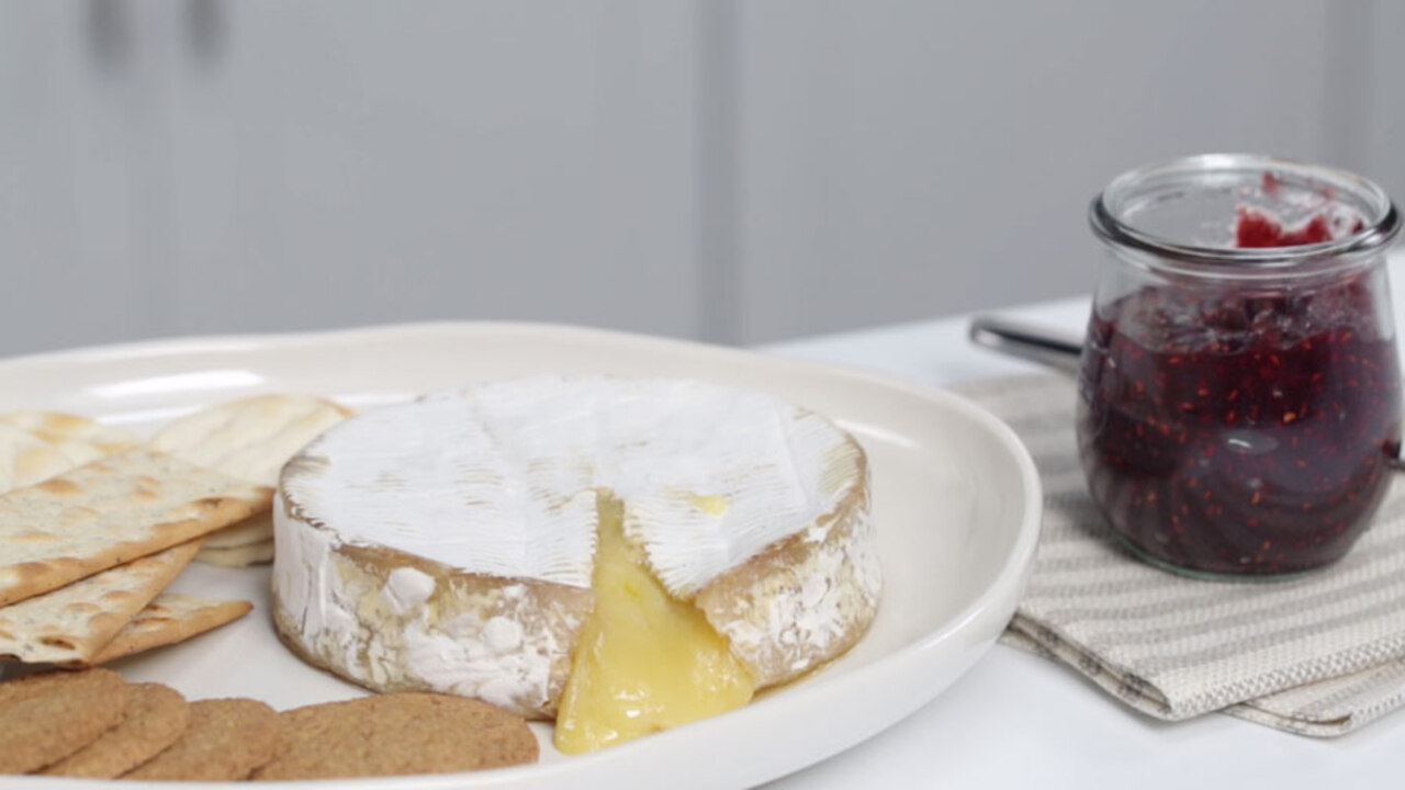 Baked Brie With Crackers and Jam