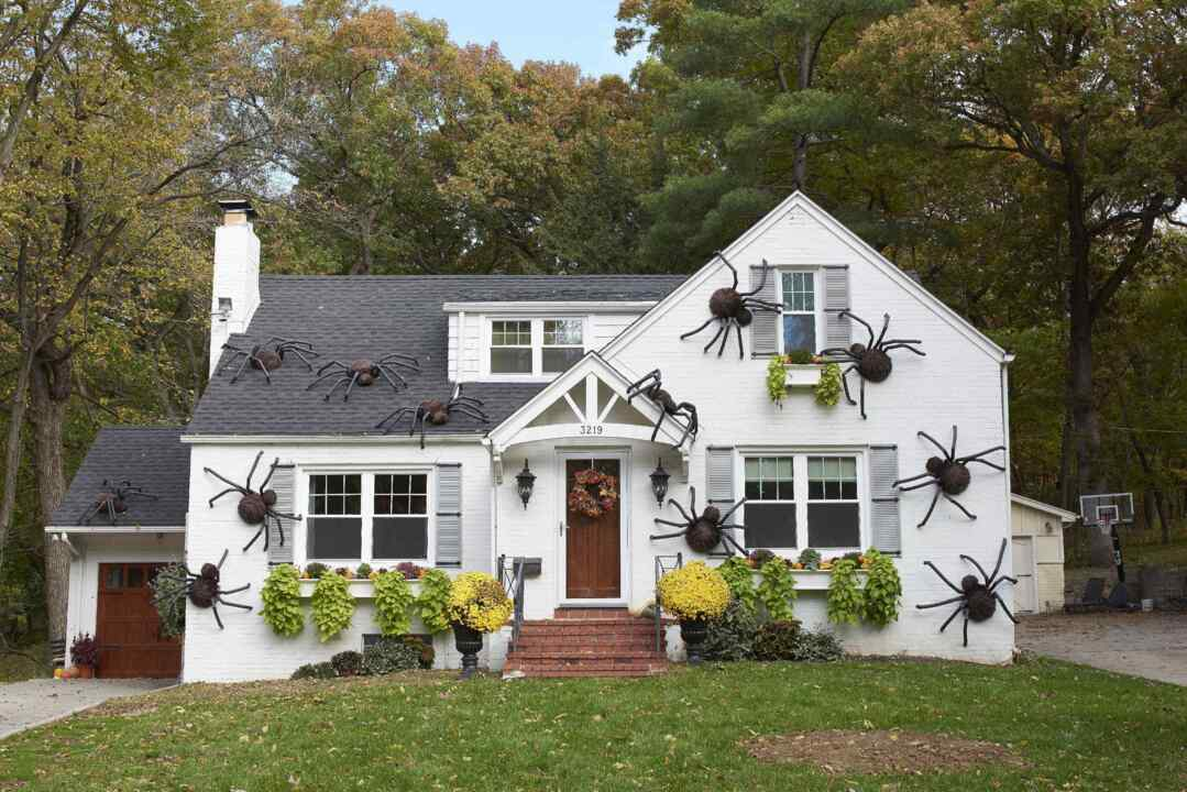 Giant DIY Spiders Are Our New Favorite Halloween Decor