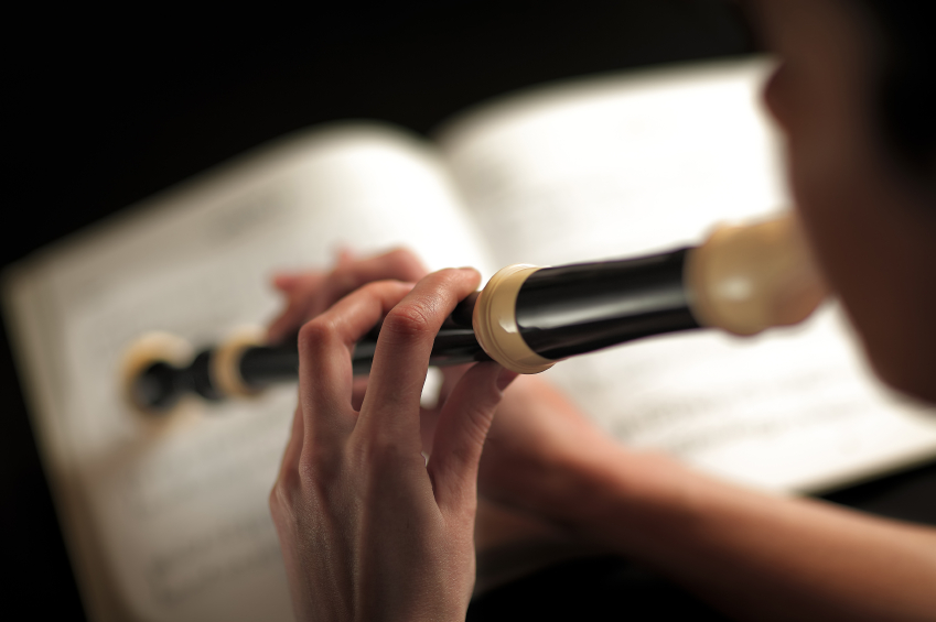 detail photograph of a woman who plays the flute focus on fingers