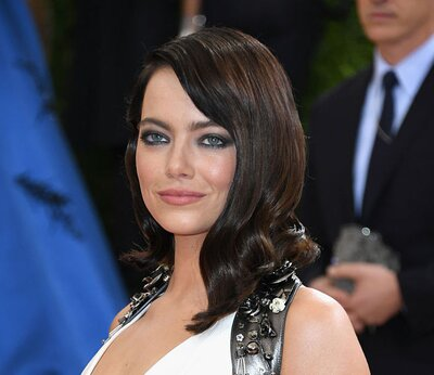 Emma Stone's new dark hair is a gothic dream - HelloGiggles