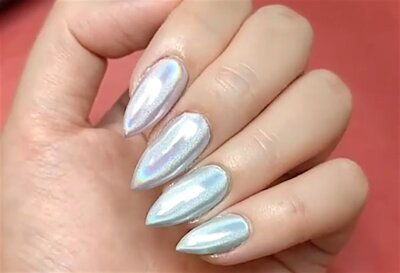 We Are Crazy In Love With This Holographic Chrome Nail