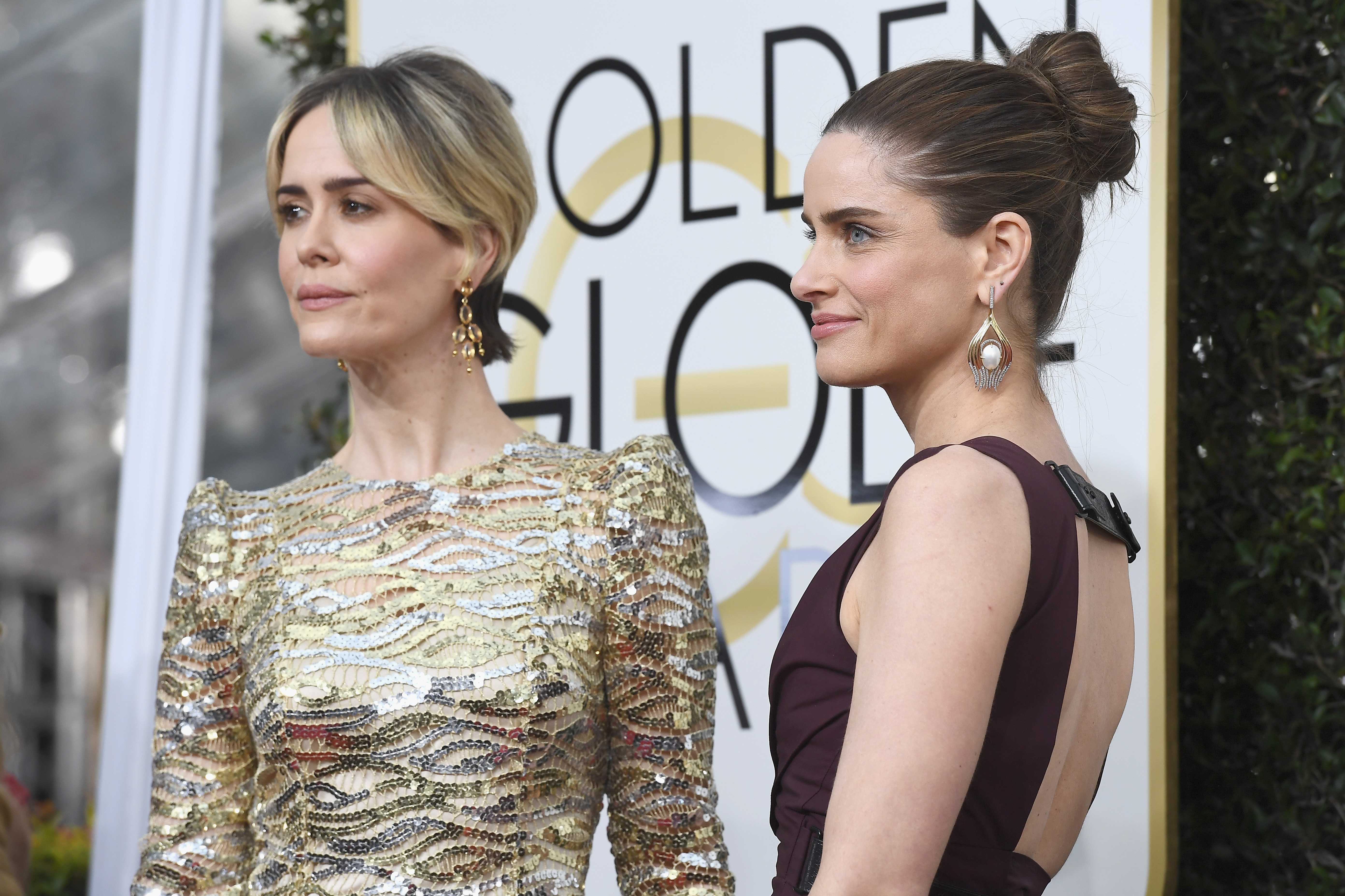 Sarah Paulson And Amanda Peet Are Total Friendshipgoals On The Golden Globes Red Carpet Hellogiggles