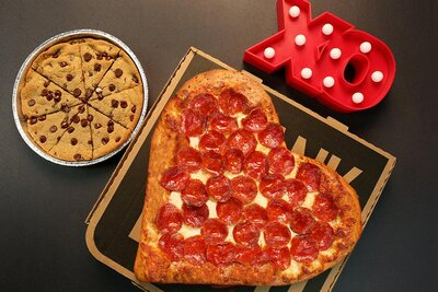 Pizza Hut Open Christmas Day.Red Alert Pizza Hut Has A Valentine S Day Pizza And It S Perfect