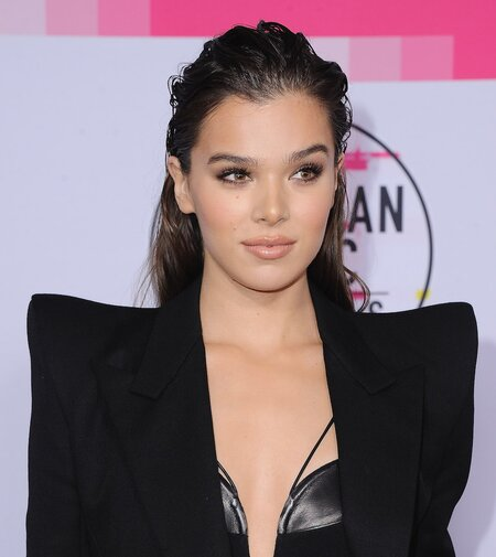 Hailee Steinfeld Rocked A Wet Hair Lewk At The 2017 Ama Red Carpet