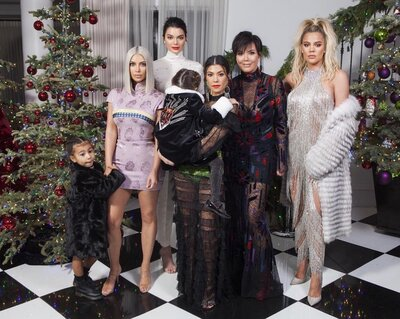 Family Christmas Pictures.Kourtney Kardashian Comments On Kylie Jenner Missing From