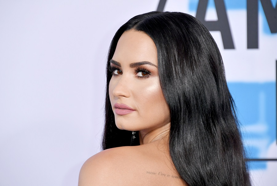 "Demi Lovato's no-makeup selfie with her ""booty chin"" sends an important message"