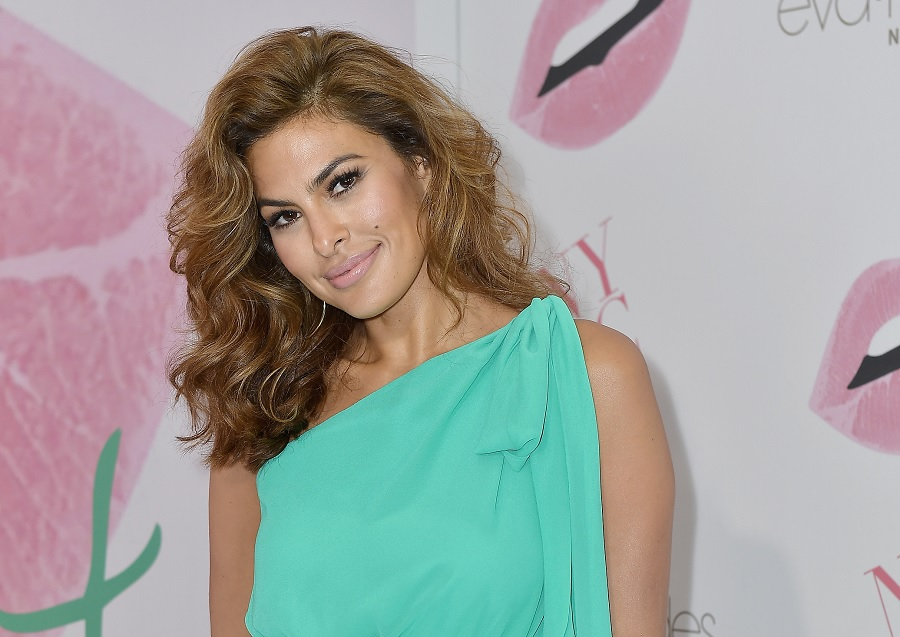 "Eva Mendes has a new cropped bob that she says makes her ""mom life a helluva lot easier"""