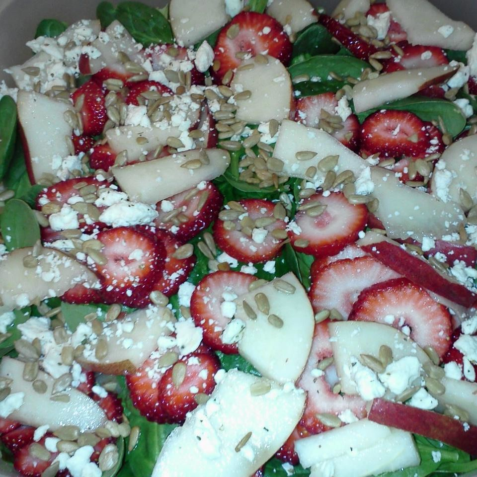 Strawberry, Spinach, and Pear Salad becsuehen