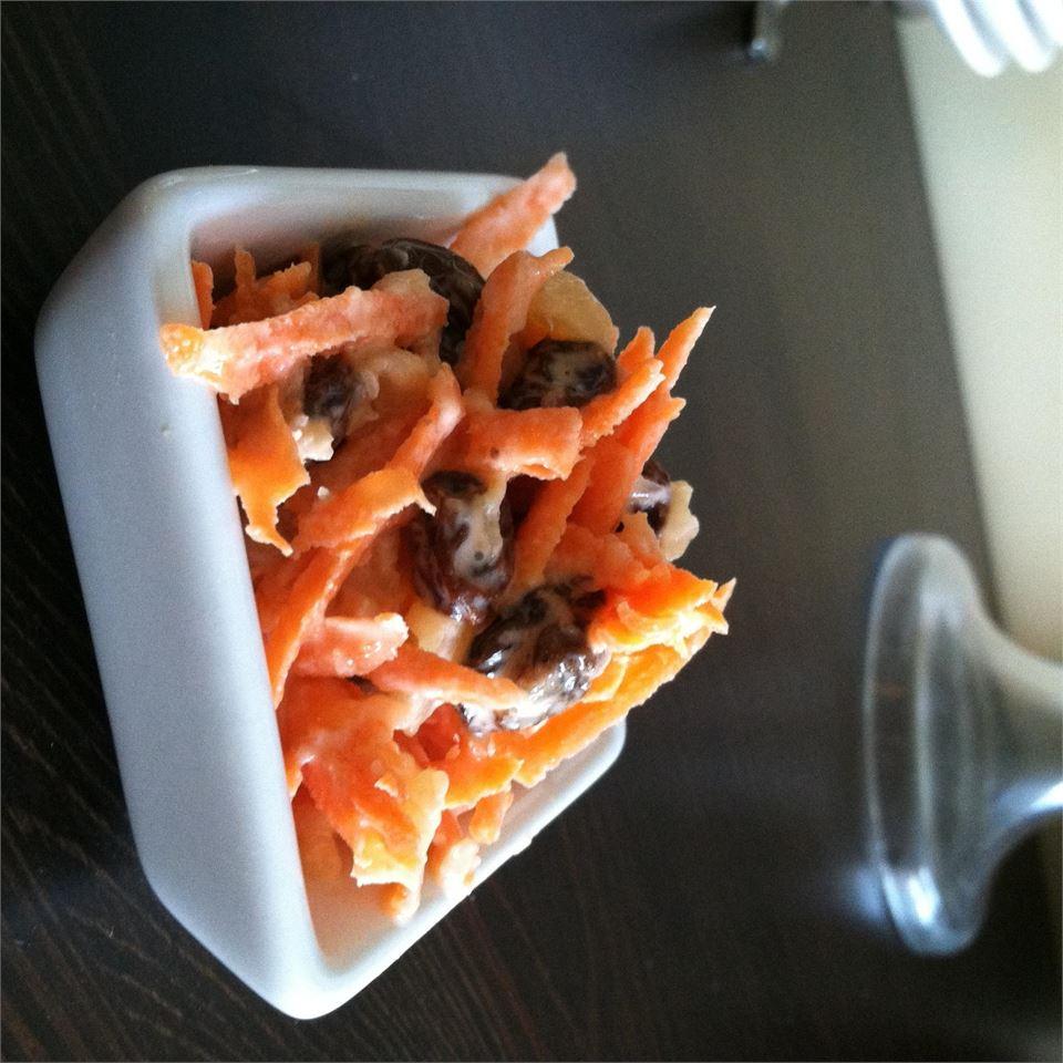 Wabbit-Approved Carrot Raisin Salad mrs.embee