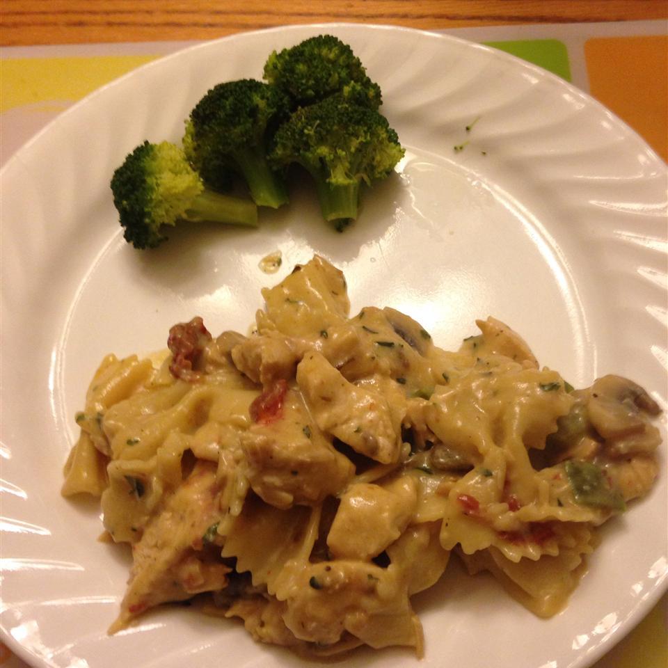 Chicken, Garlic, and Sundried Tomato Pasta Patricia Menard