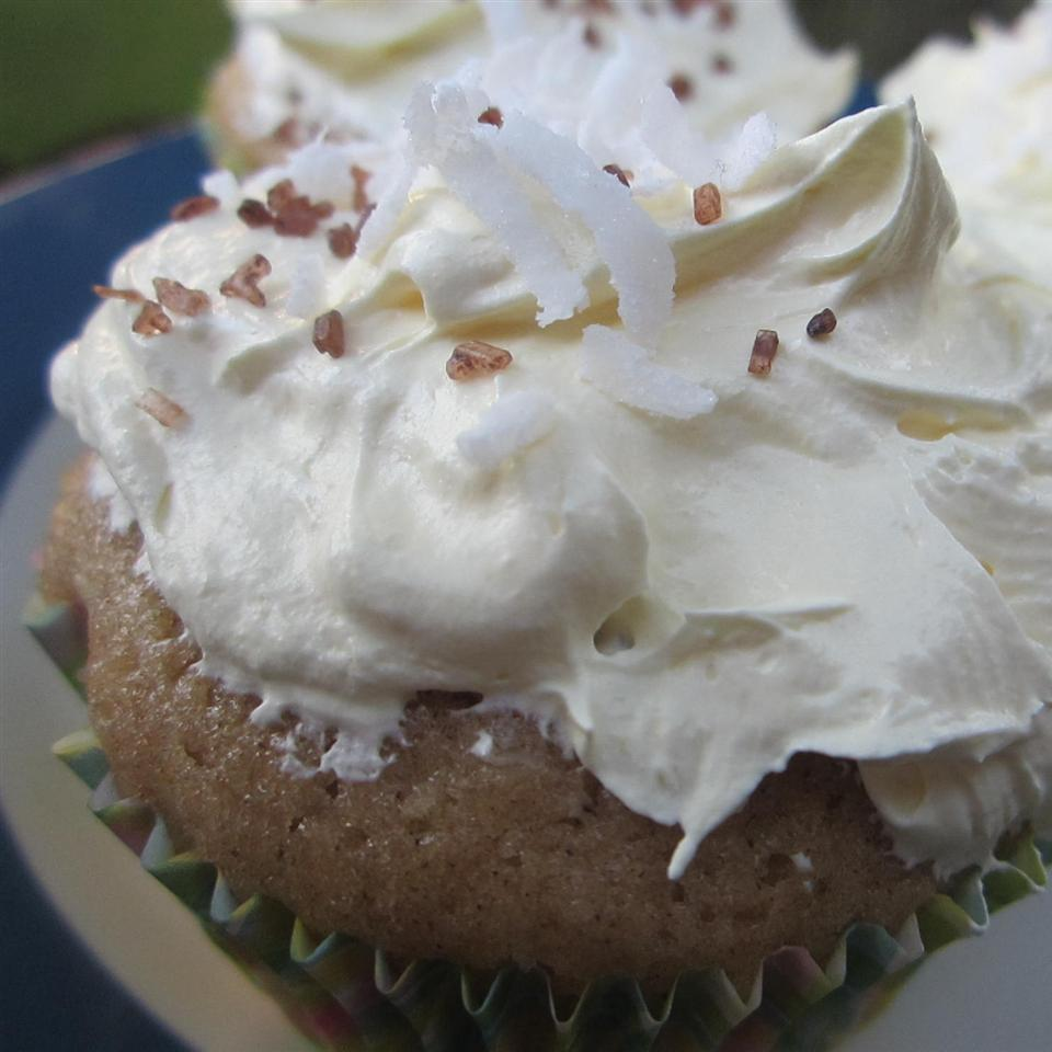 Buttery Cupcakes with Coconut Topping pomplemousse