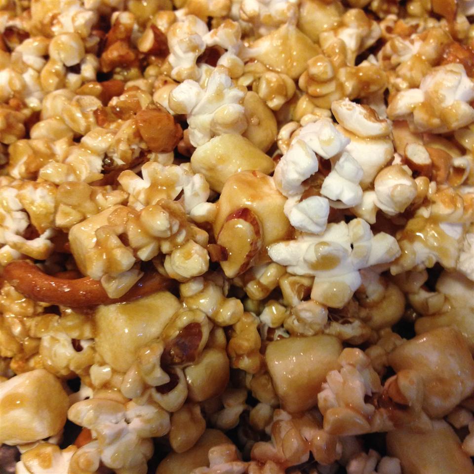 Caramel Pretzel Nut Popcorn phodoh