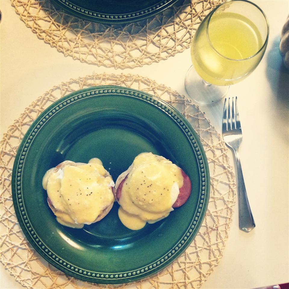 Quick and Easy Eggs Benedict aysilli