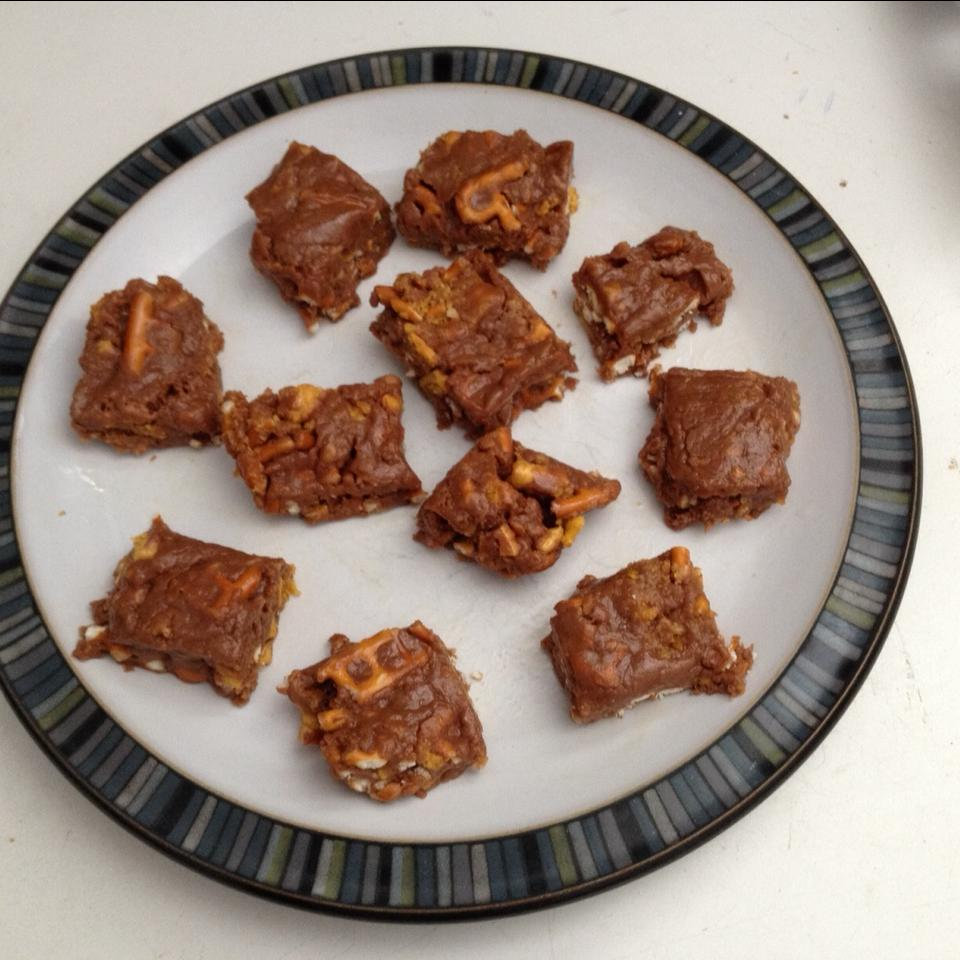 Easy No-Bake Butterfinger® and Peanut Butter Pretzel Bars Surferess