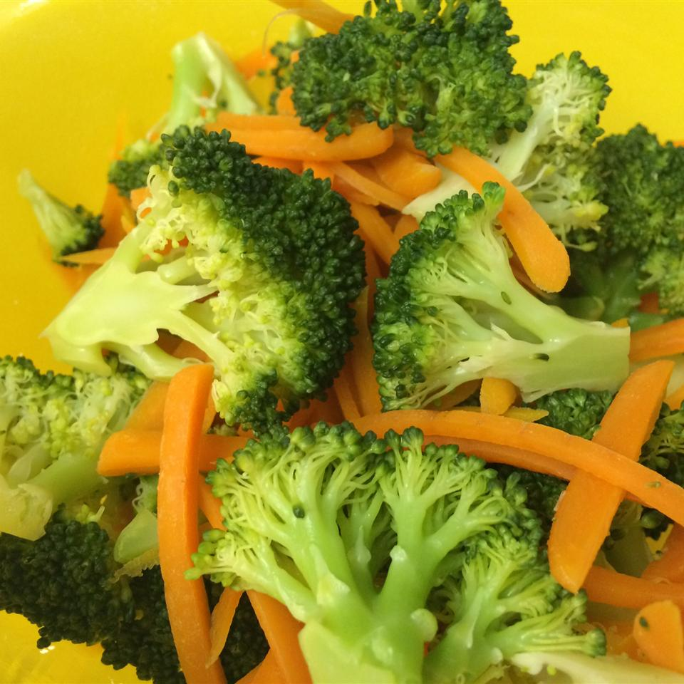 Steamed Broccoli and Carrots with Lemon Riena