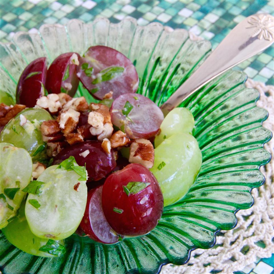 Quick 'n Easy Grape Salad with Concord Dressing shama mashroor
