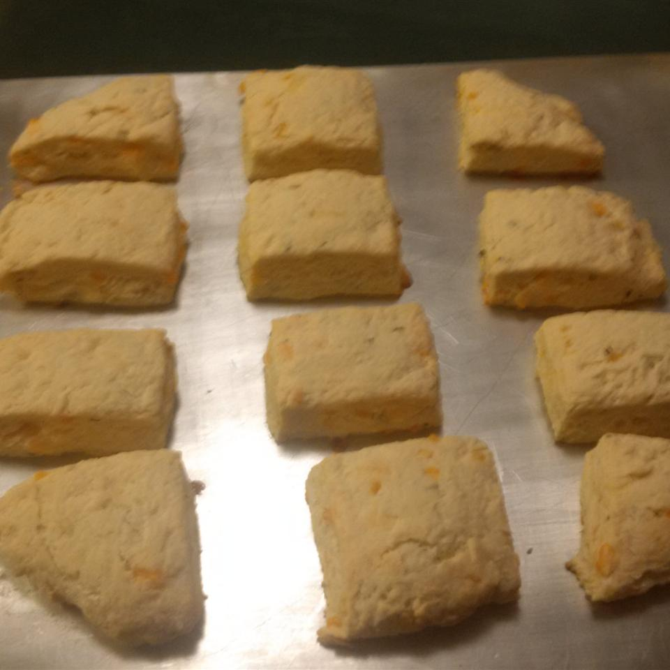 Cheddar-Thyme Flaky Biscuits ldg6190