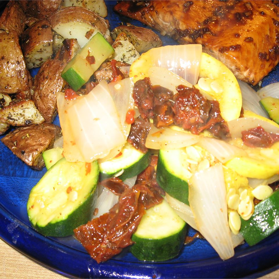 Steamed Squash Medley with Sun-Dried Tomatoes Die Hummel