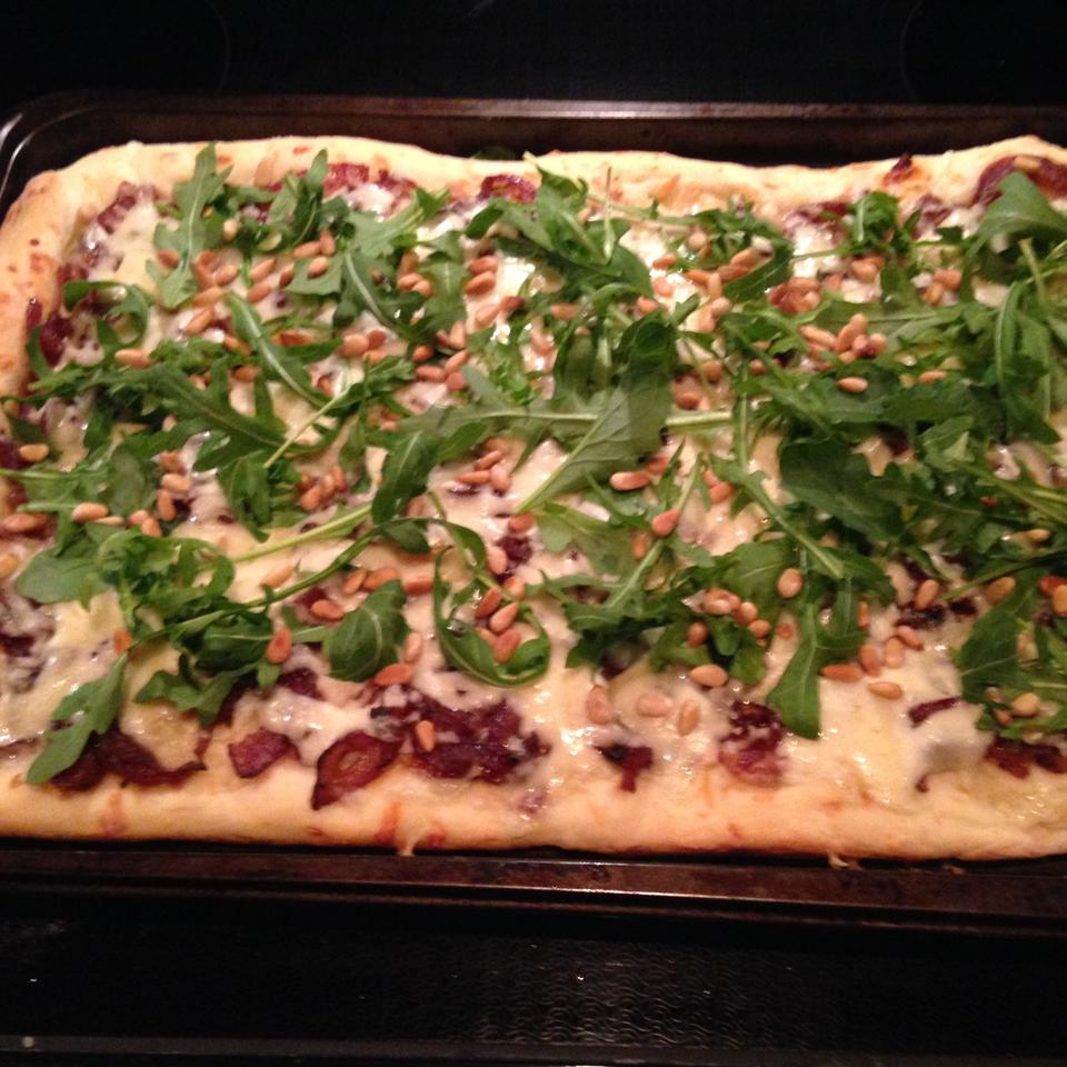 Caramelized Onion and Arugula Pizza 2ys4you