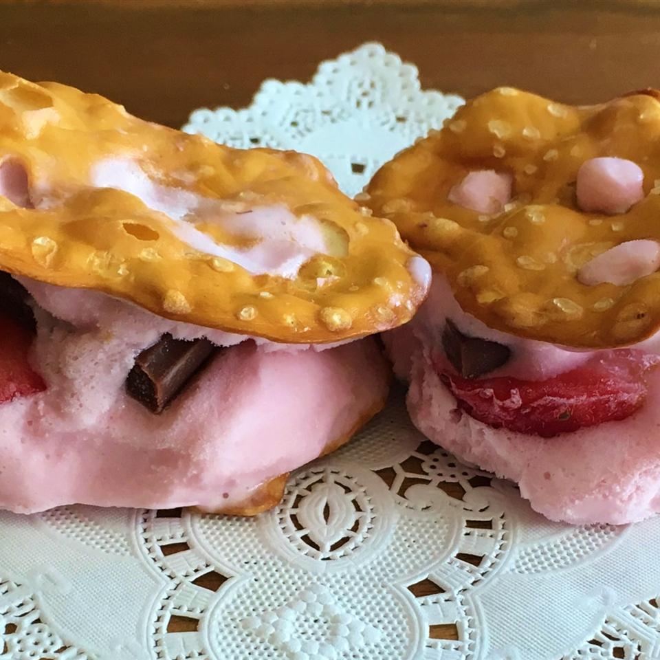 Mini Ice Cream Pretzel Sandwiches Yoly