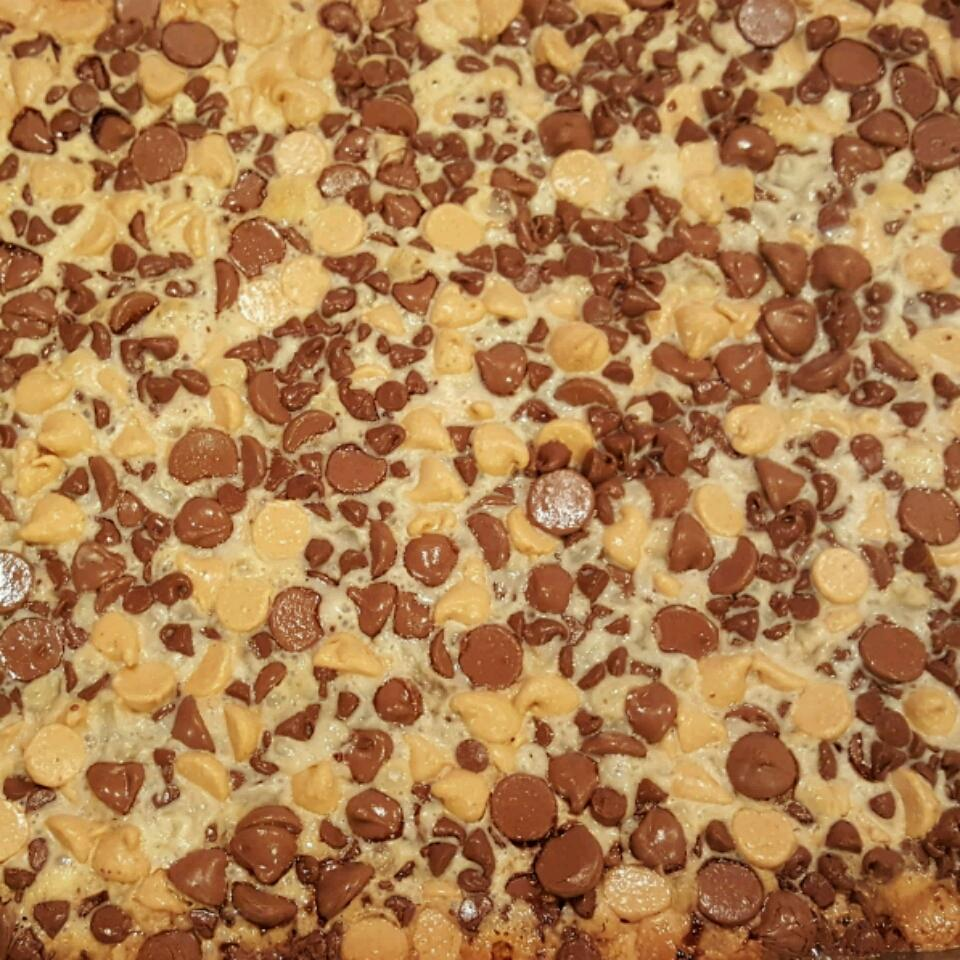 Peanut Butter/Chocolate Chip Cookie Bars Roya_Linn