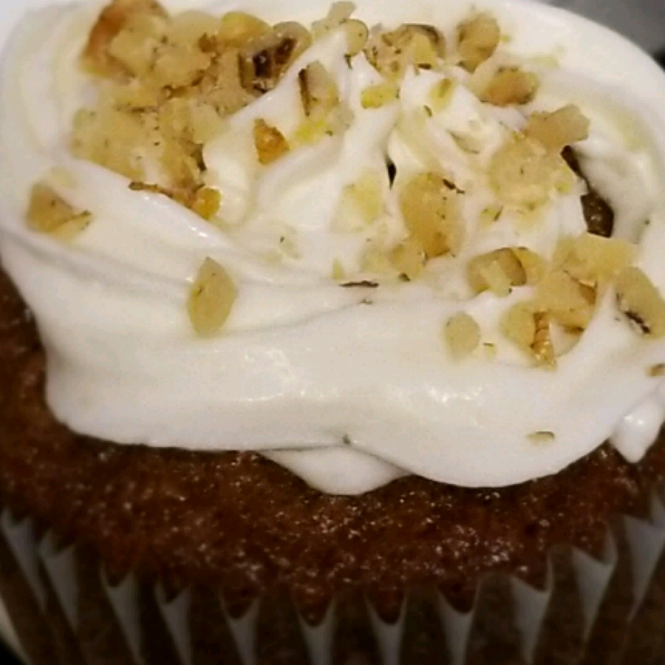 Carrot Cupcakes with White Chocolate Cream Cheese Icing Mizcaramel99