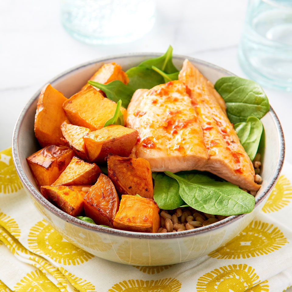 Harissa adds Moroccan flavor to this healthy grain bowl recipe without needing a long list of ingredients. Just 5 ingredients is all you need to get dinner (or a packable lunch) on the table in under an hour! Source: EatingWell.com, January 2018