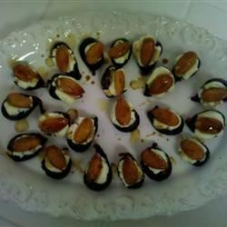 Elegant Fig Appetizers with Goat Cheese and  Almonds carleezank