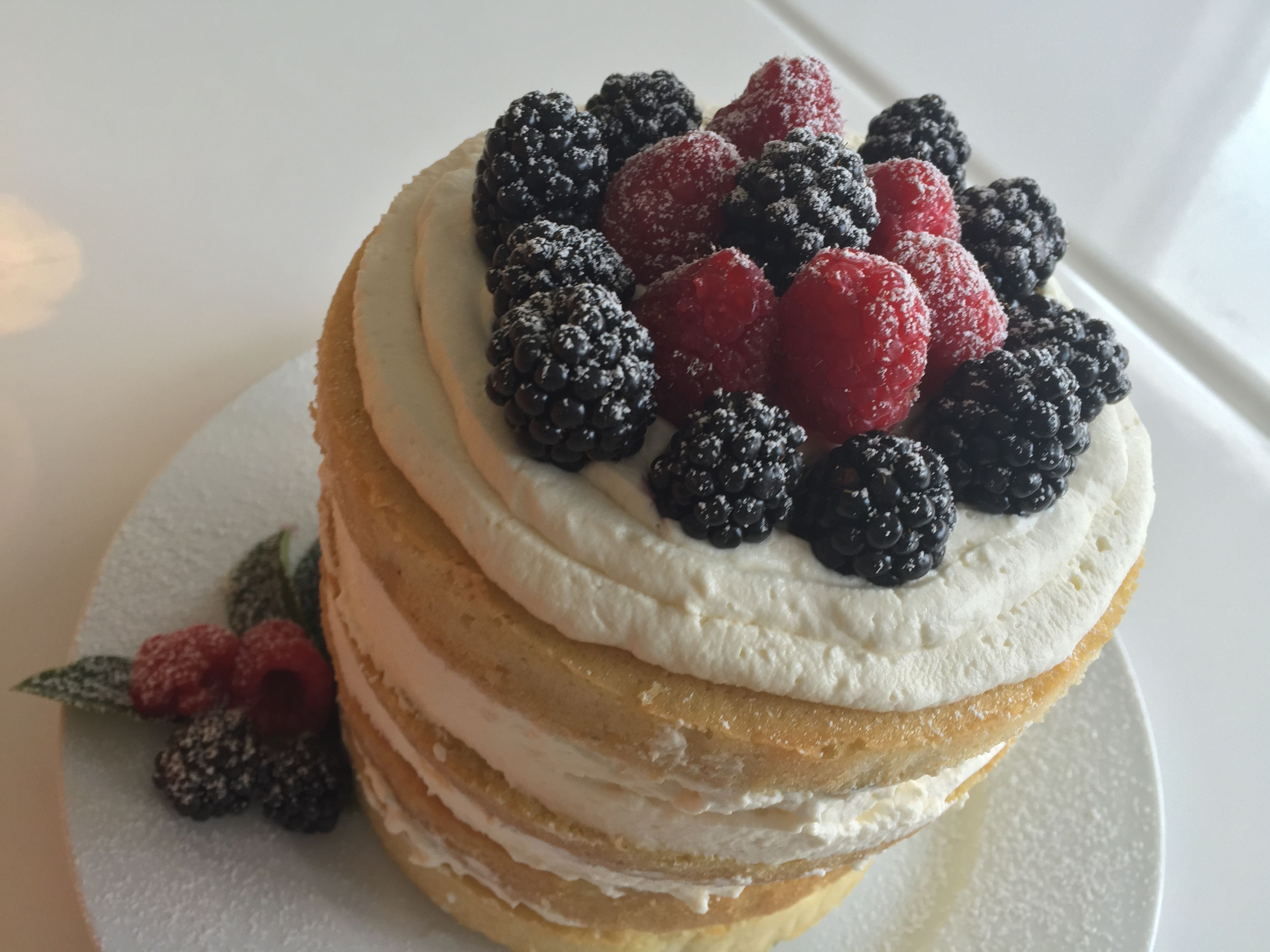 Naked Vanilla Cake with Mascarpone and Berries Fioa