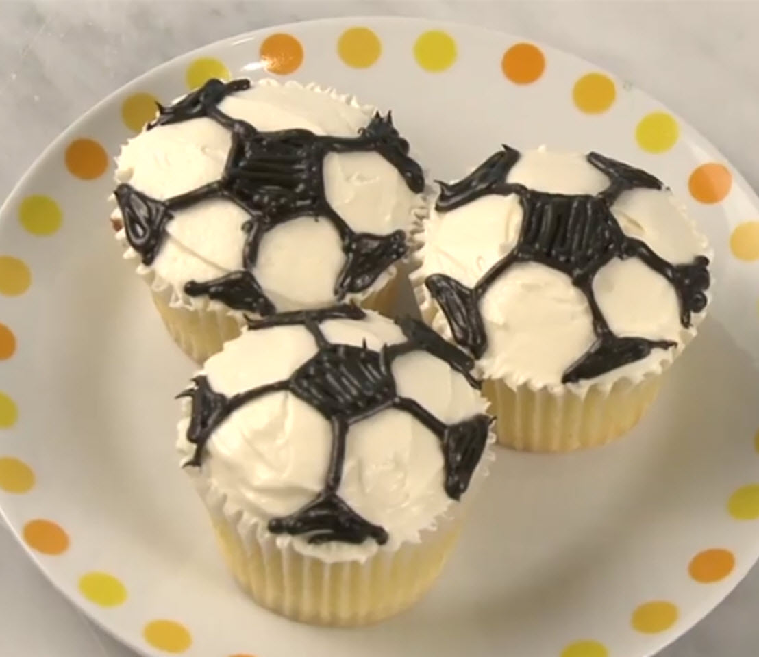 How to Decorate Soccer Cupcakes
