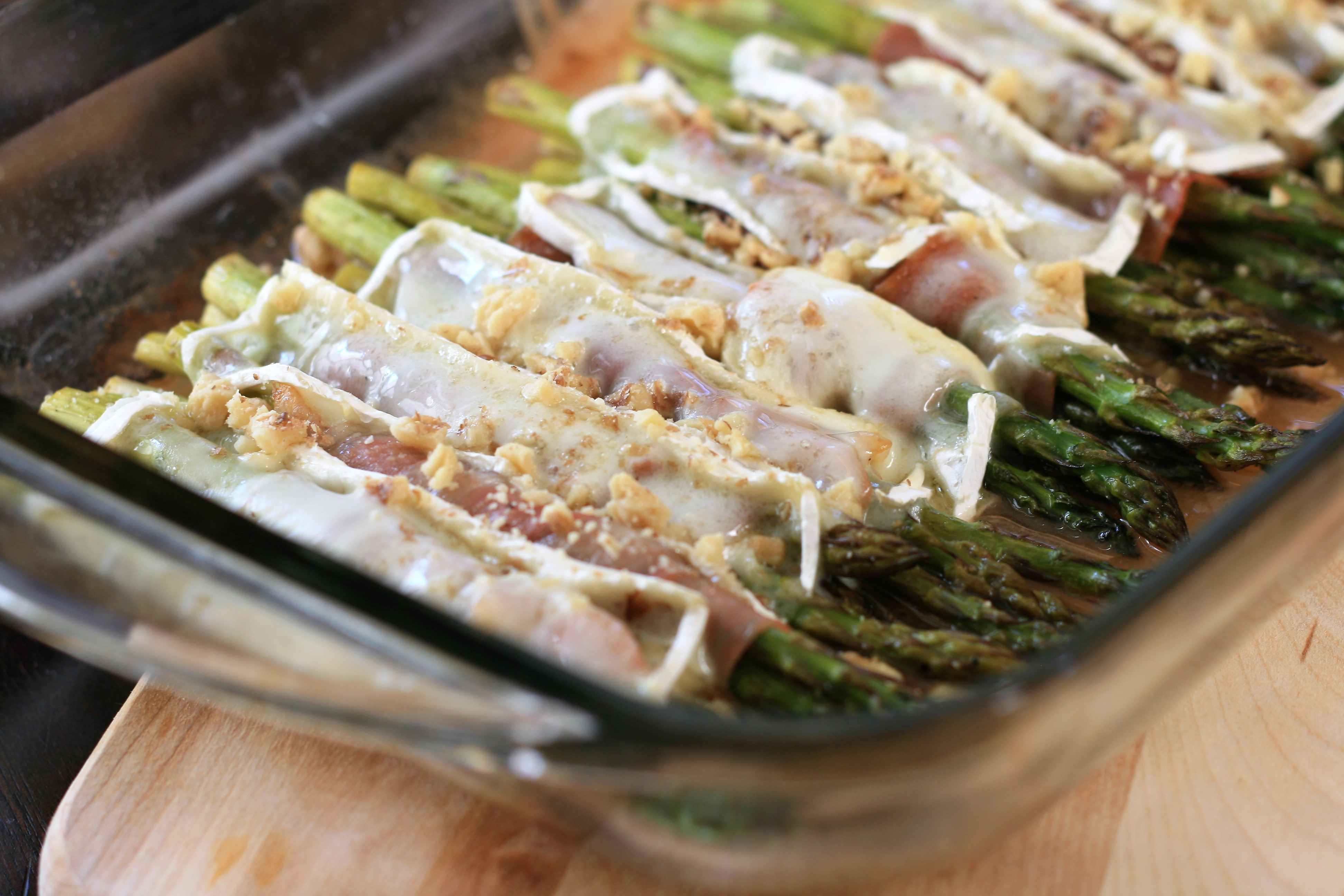 Brie and Prosciutto Asparagus Bundles