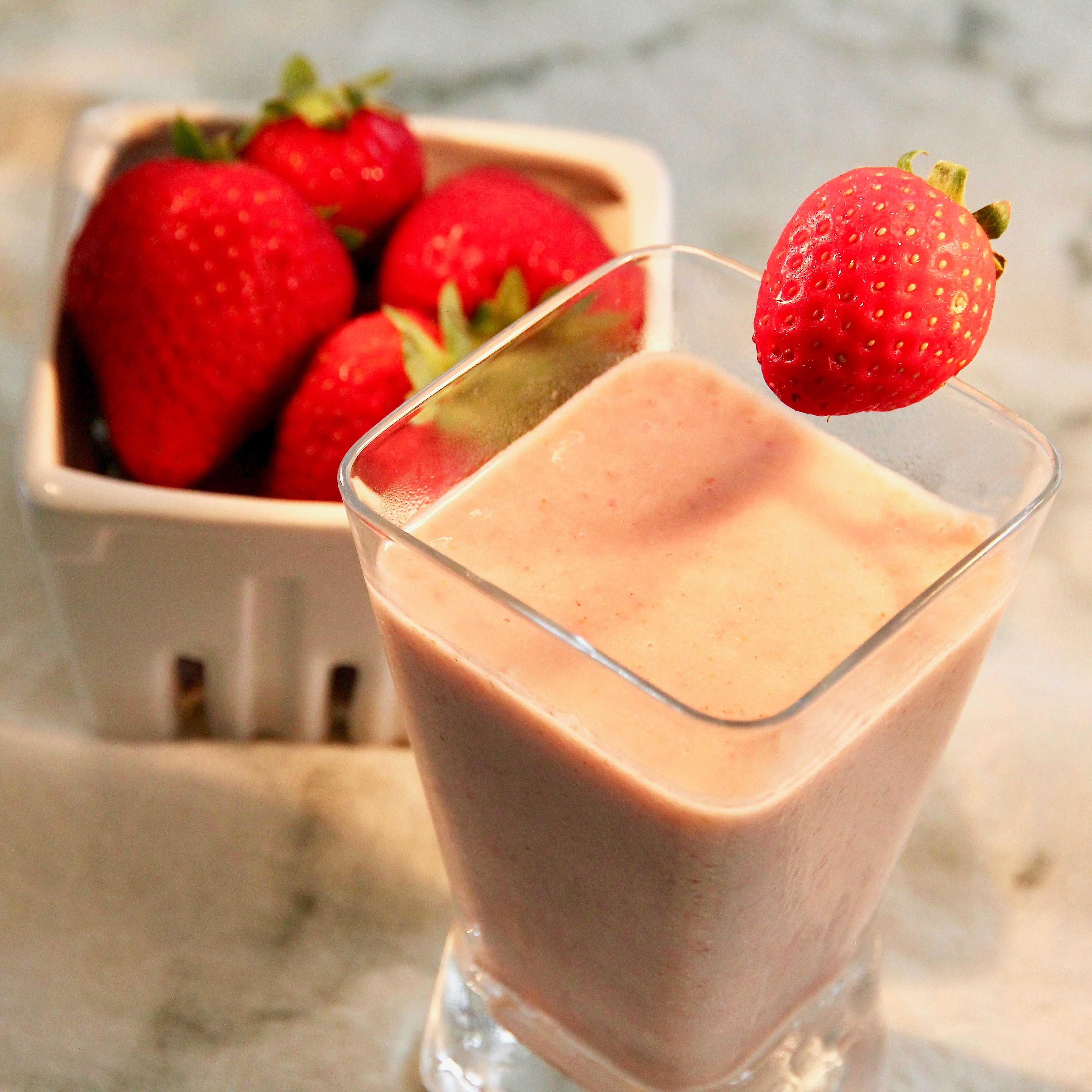 Vegan Strawberry Oatmeal Breakfast Smoothie lutzflcat