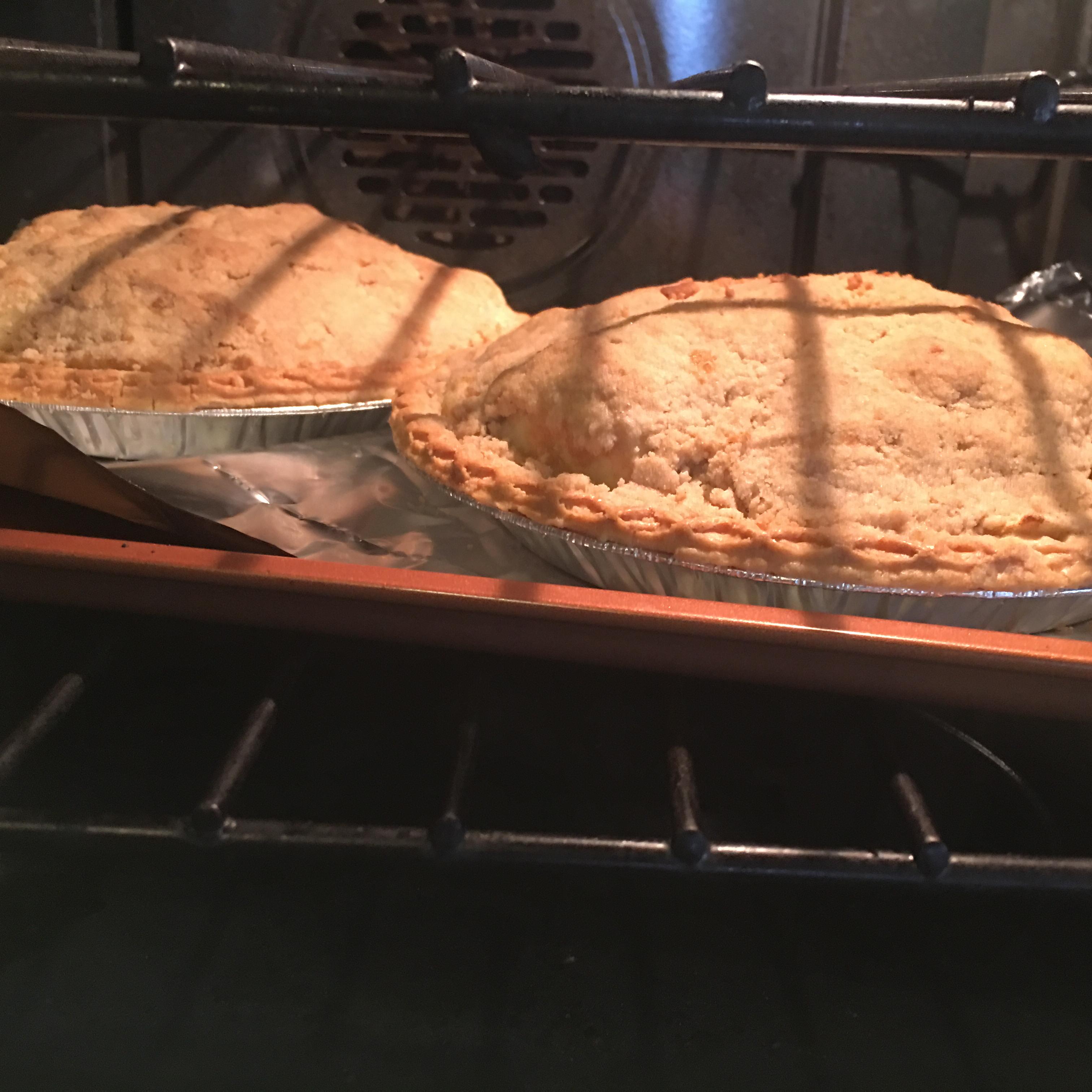 Apple Crunch Pie I Lisa McCovey