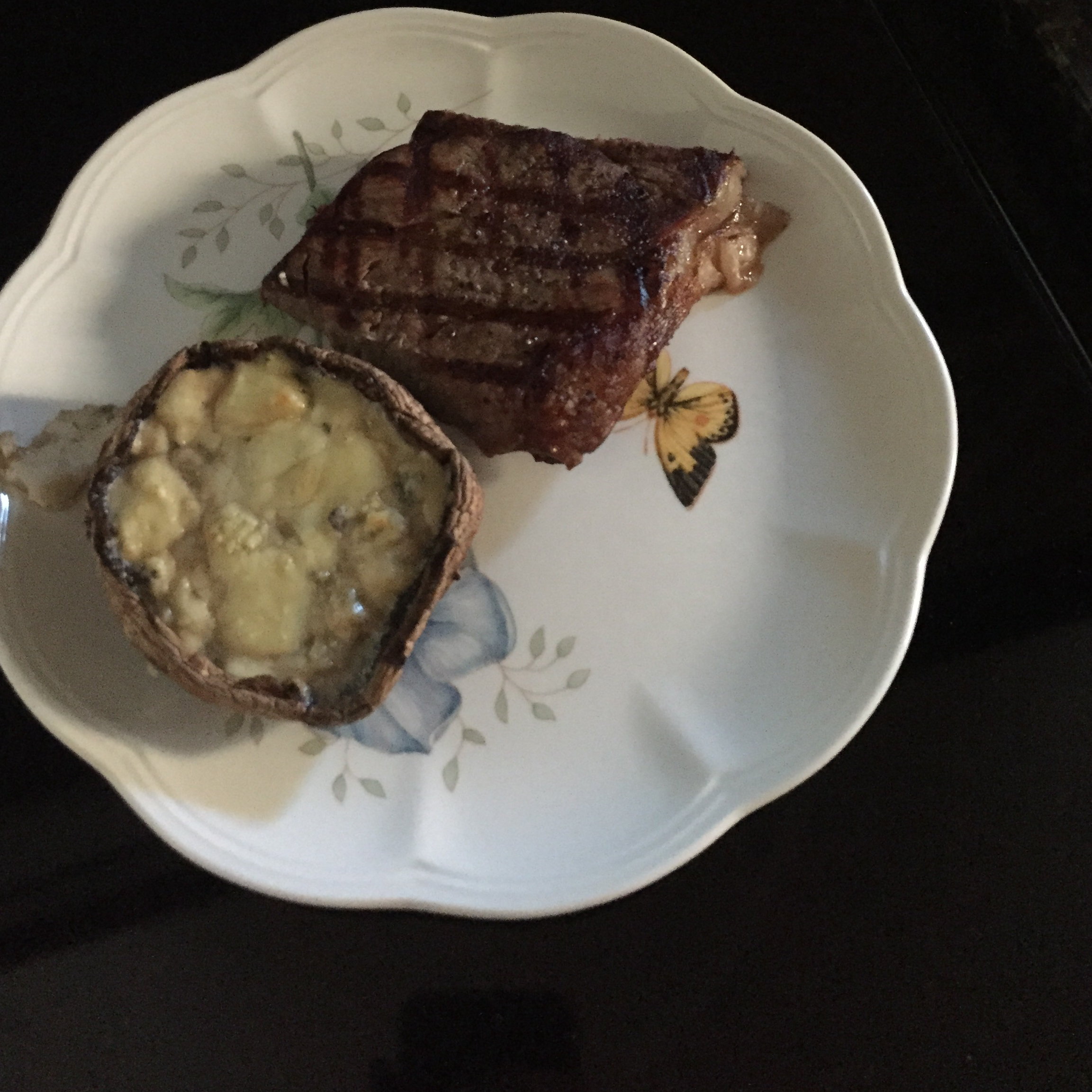 Grilled Portobello Mushrooms with Blue Cheese rhelmig