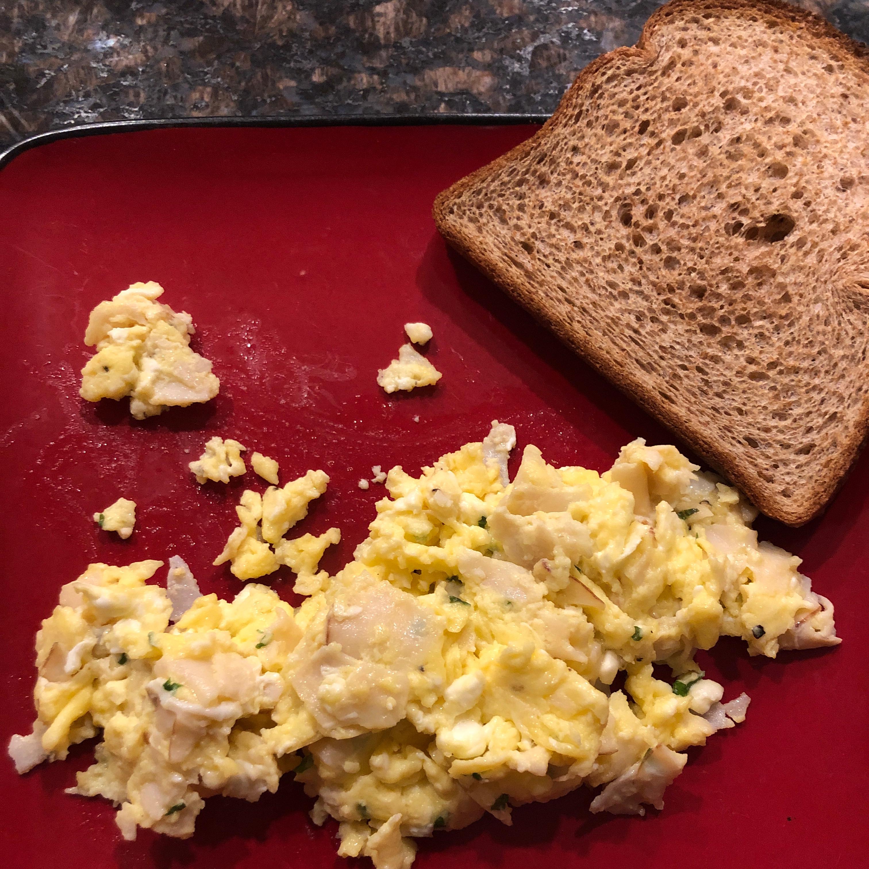 Ham, Basil, and Feta Scrambled Eggs Zveizen