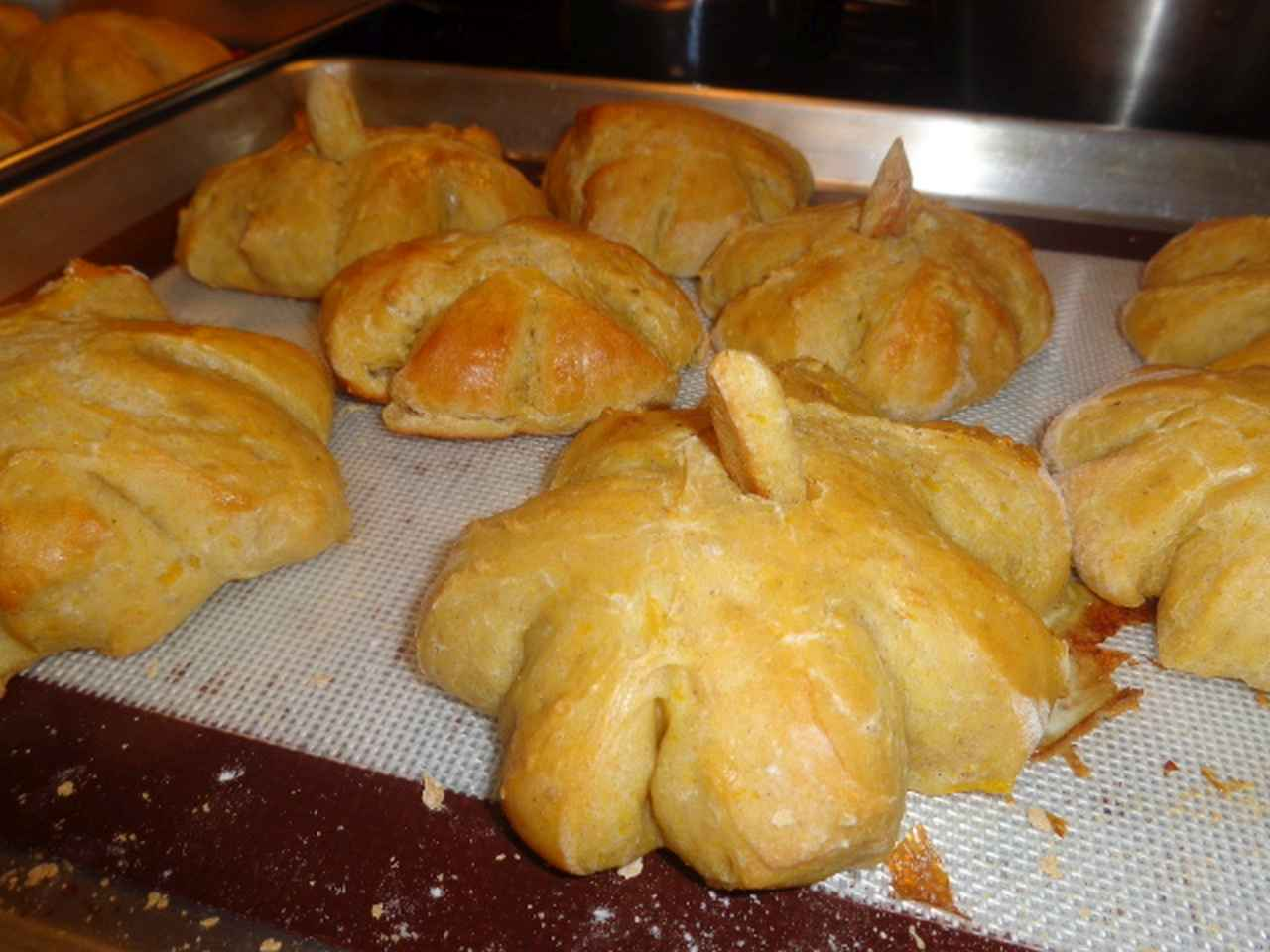 Pumpkin-Shaped Dinner Rolls Patricia Grindberg