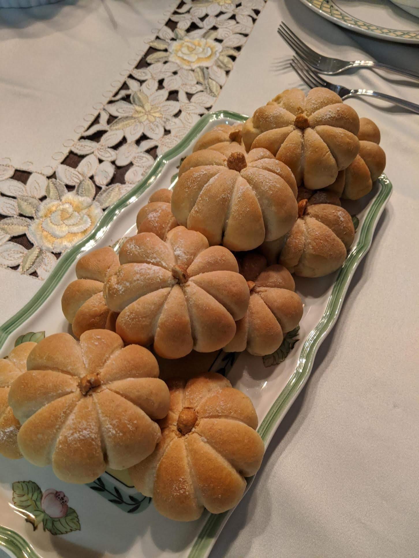 Pumpkin-Shaped Dinner Rolls Maurane Marchand