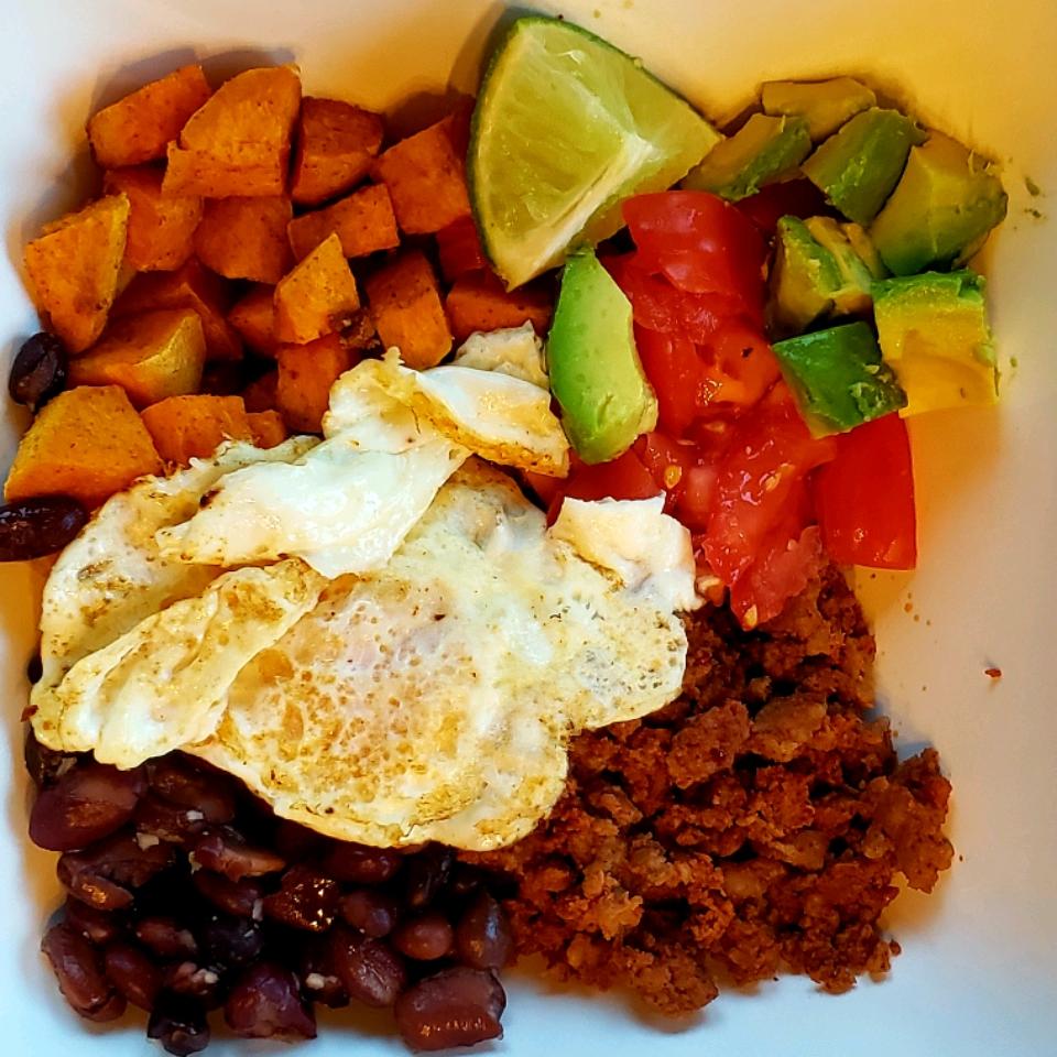Roasted Sweet Potato, Black Bean, and Chorizo Breakfast Bowls Rocgietti
