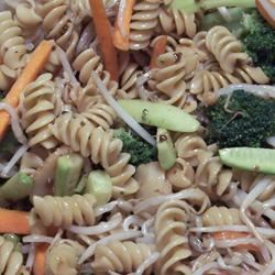 Asian Pasta Salad with Beef, Broccoli and Bean Sprouts pomplemousse