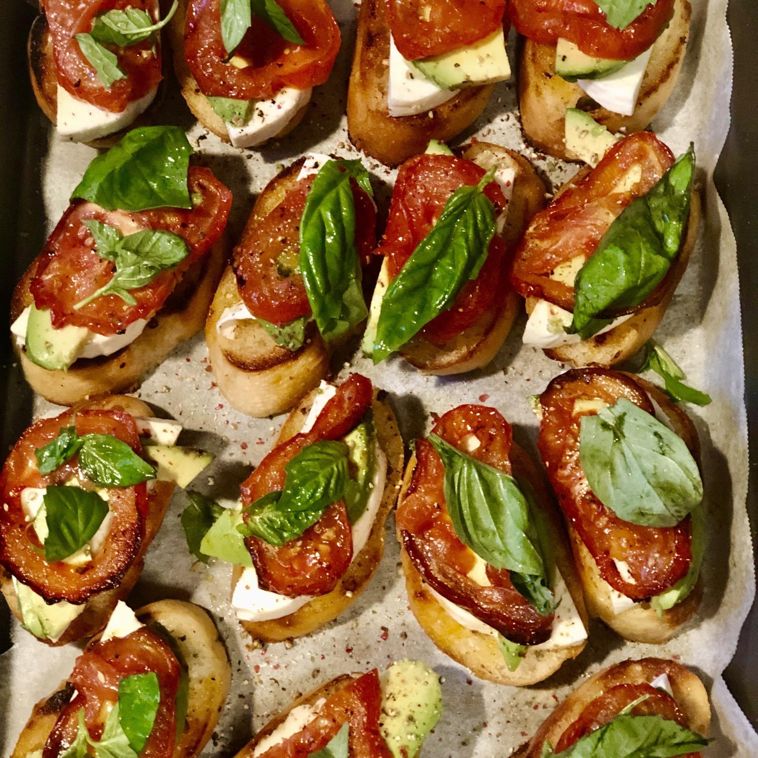 Roasted Tomato, Avocado, and Fresh Mozzarella Crostini ificksit