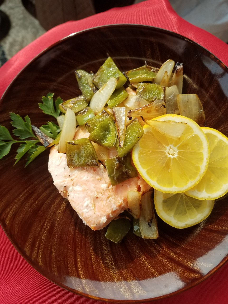 Here's an easy recipe for quick weeknight dinners, featuring salmon, bell peppers, parsley, and lemon. It's ready in about 30 minutes.