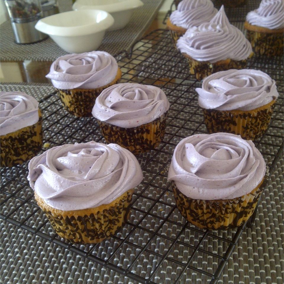 Lemon Cupcake with Blackberry Buttercream la_semi