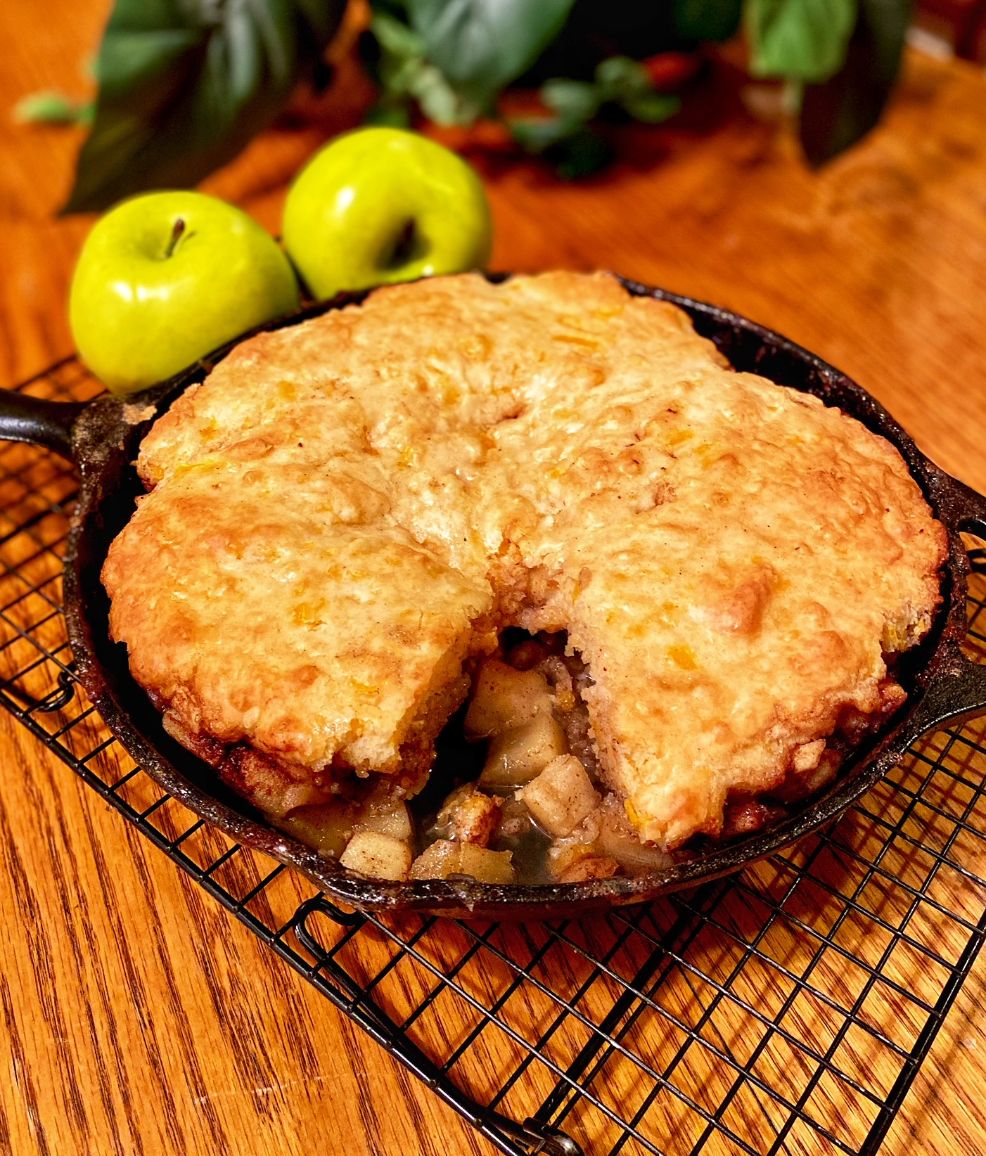Apple and Cheddar Skillet Cake Yoly