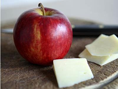 Apple slices with cheese