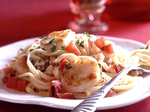 1302 Pan-Seared Scallops on Linguine with Tomato-Cream Sauce