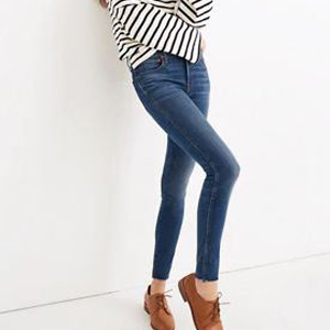 High-waist skinny jeans with frayed cuffs. photo