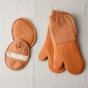 Rust orange silicone oven mitts and pot holders set photo