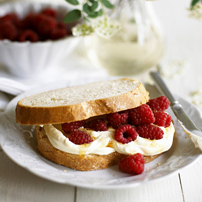 berry-cream-sandwich