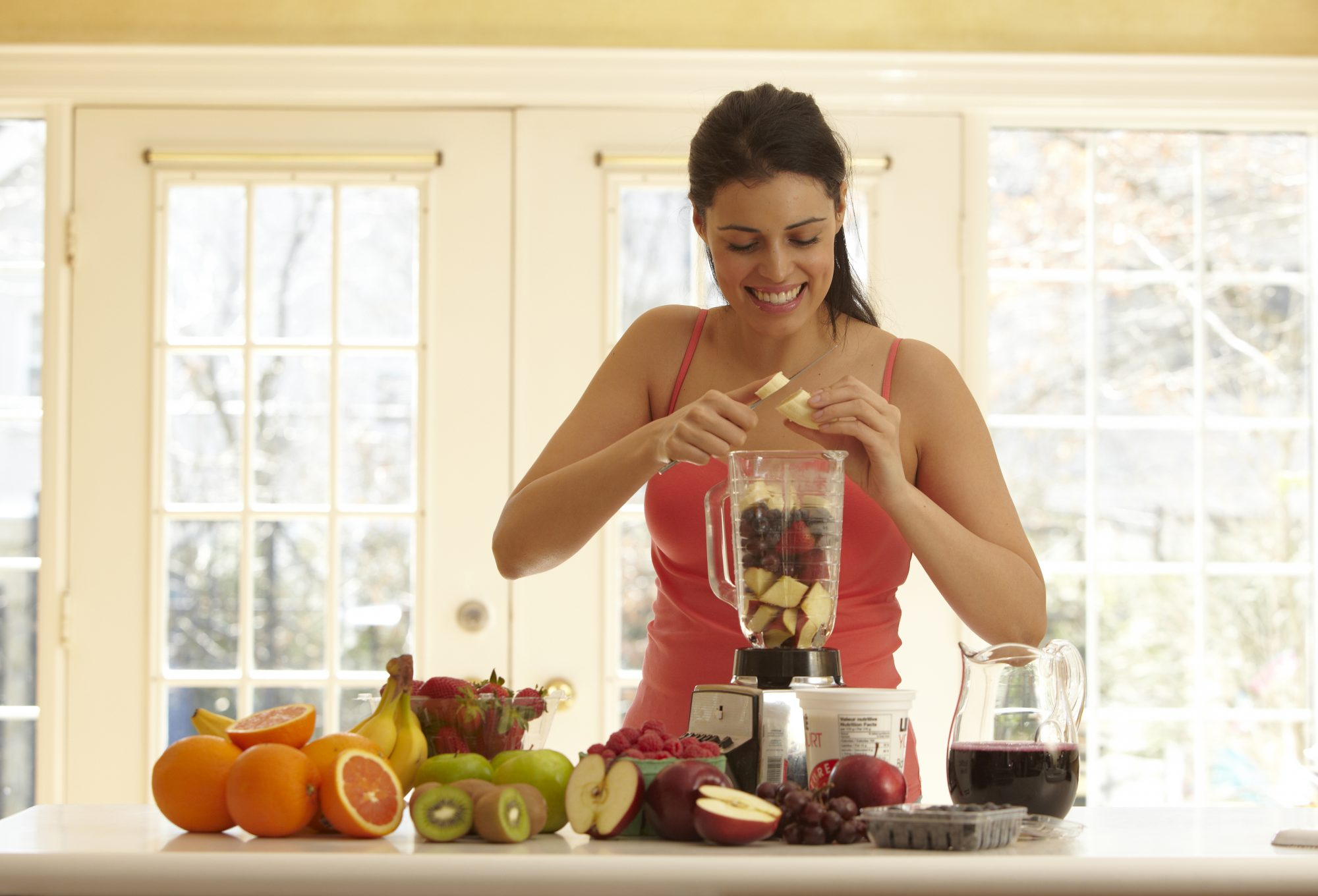 weight-loss-woman-blending-fruit-20501331